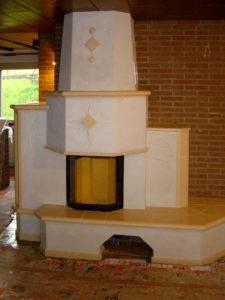 Изразцовый камин с декоративной штукатуркой от Almod