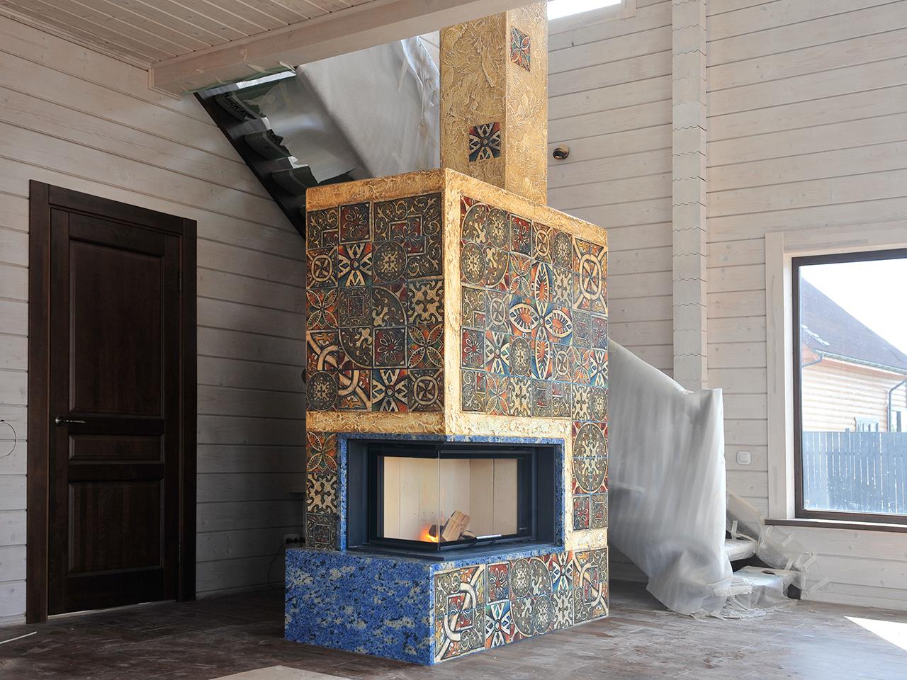 Угловой камин с облицовкой плиткой от Альмод